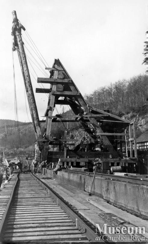 Log loading at Elk River Timber Co.