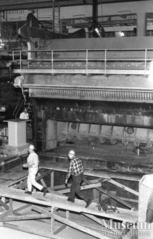 Installing the head box at No. 2 paper machine, Elk Falls Mill.